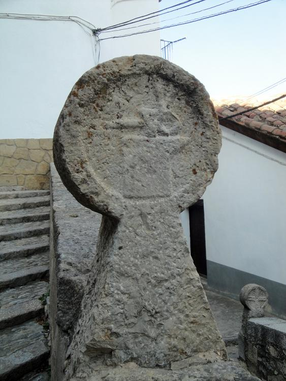 19.06.2012 Una de les esteles funeràries discoïdals exposades a prop de la Basílica de Santa Maria  Morella -  Jordi Bibià