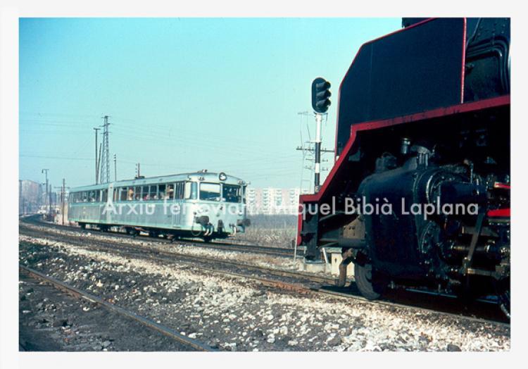 30.11.-0001 Creuament dun ferrobús i una Mikado.  Direcció de la Pobla a Lleida. -  Miquel Bibià Laplana