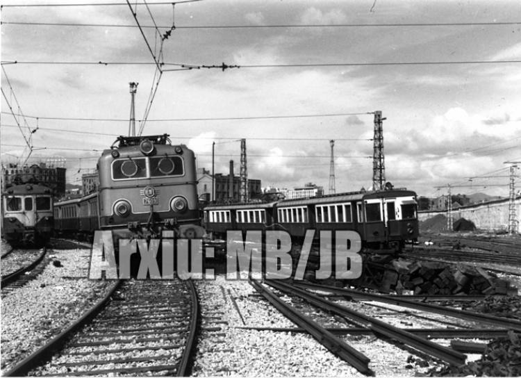 30.11.-0001 Una Alsthom al mig dels 300 i 600  Estació del Nord de Barcelona -  Miquel Bibià