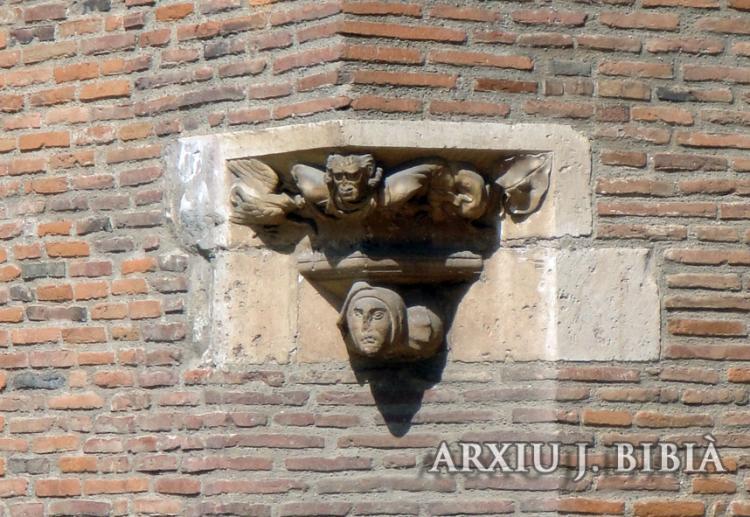 02.09.2011 Detall escultòric inserit sense cap problema en la cantonada de la casa de l'actual museu d'arqueologia-  Tolosa del Llenguadoc -  Jordi Bibià