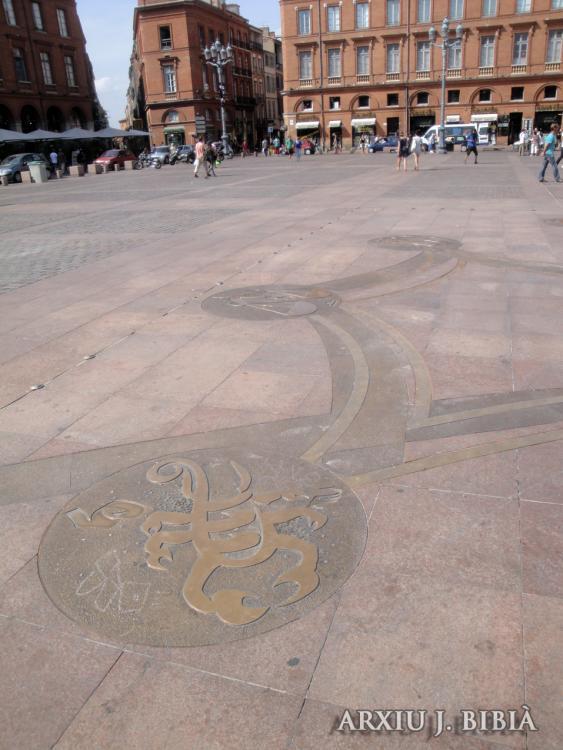 02.09.2011 La creu d'Oc en clara relació amb els dotze signes zodiacals.  Plaça del Capítol de Tolosa del Llenguadoc. -  Jordi Bibià