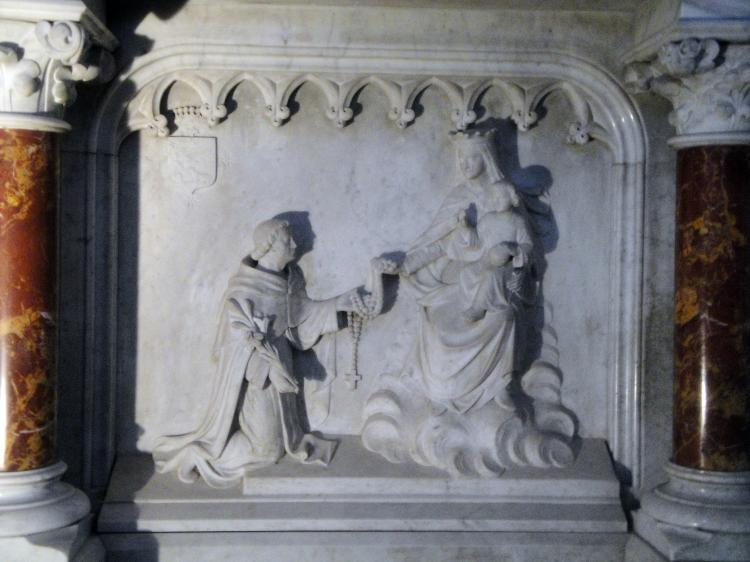 07.07.2013 Detalls escultòrics a l'altar de l'església. La Verge, Sant Domènec i el rosari miraculós.  Muret. -  Jordi Bibià