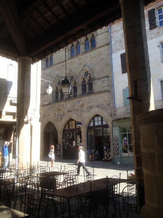 02.05.2013 Magnífica plaça porxada i a la dreta, el pou de 113m on acabaren 3 inquisidors.  Cordes. -  Jordi Bibià