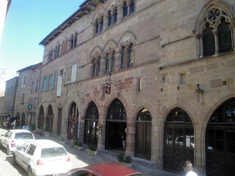 02.05.2013 Bell edificis medievals ricament decorats amb generoses escultures.  Cordes. -  Jordi Bibià