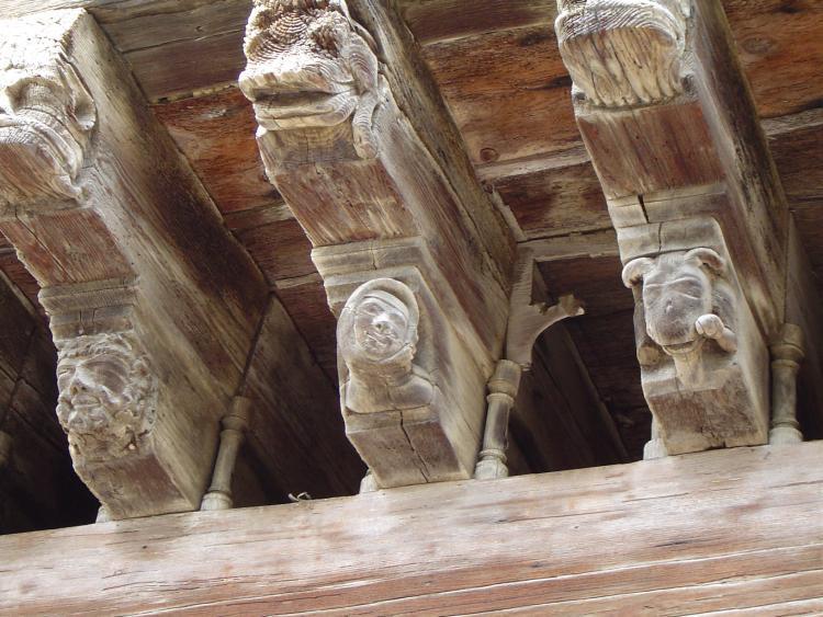 18.08.2004 Detall de bigues escolpides amb motius fantàstics.  Miralpeix -  Jordi Bibià