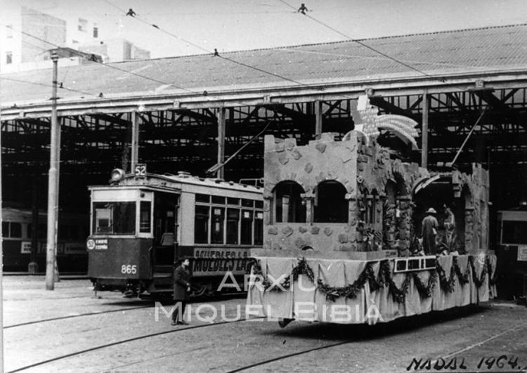 30.11.-0001 Tranvia convertit en carrossa de la cabalgada de reis. Any 1964.  Barcelona -  Miquel Bibià Laplana