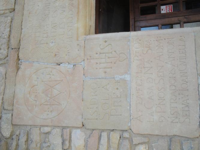 30.06.2011 Diverses inscripcions força interessants localitzades a l'entrada del santuari.  Santuari de Pinós -  Jordi Bibià Balada