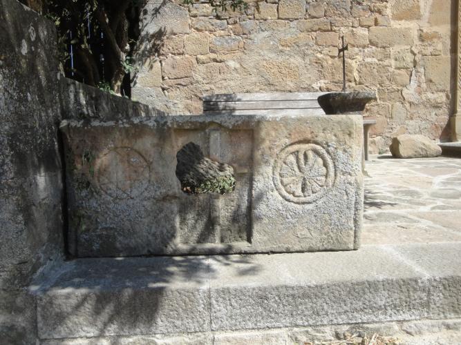 11.06.2011 A la banda dreta del sarcòfag, octagrama o creu de vuit puntes. Una clara referència a la creu de Malta.  Santuari d'Ardèvol. -  Jordi Bibià Balada