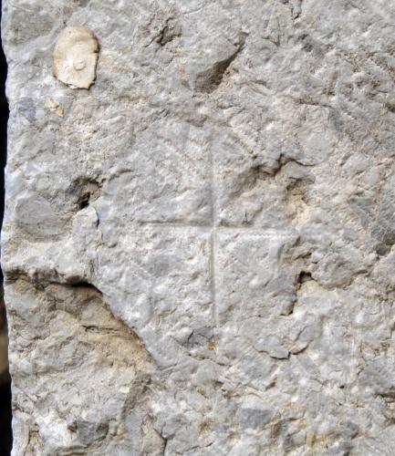 07.03.2011 Creu grega em prada com a marca de picapedrer.  Palau dels Reis de Mallorca. Perpinyà -  Jordi Bibià Balada