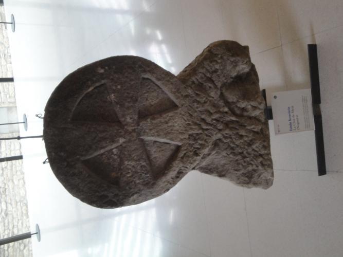 23.04.2011 Creu inscrita en cercle. Estela funerària discoïdal  La Seu d'Urgell. -  Jordi Bibià Balada