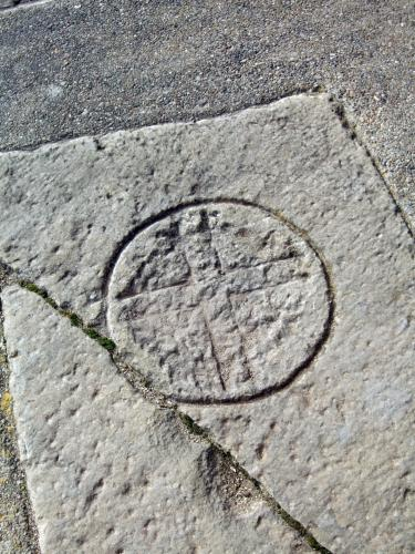 17.09.2016 Creu llatina inscrita en un cercle. Llosa sepulcral.  Col·legiata de Sant Pere de Ponts. -  Jordi Bibià Balada