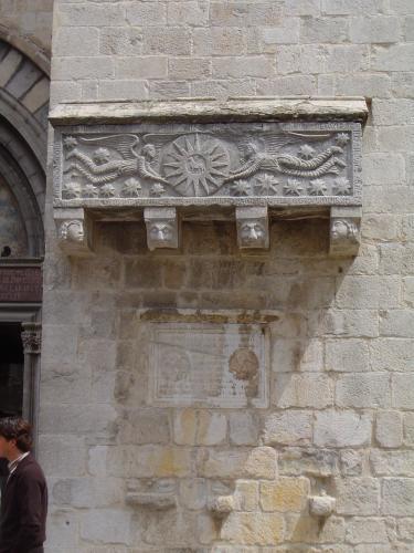 22.05.2007 Sarcòfag en pedra situat junt a la porta d'accés principal. Romànic.  Catedral de Girona. -  Jordi Bibià Balada