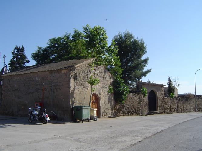 16.11.2016 En primer terme: la capella de Santa Magdalenta. Adjunt adquesta: el cementiri. En una image de l'any 2009.  Sanaüja -  Jordi Bibià Balada