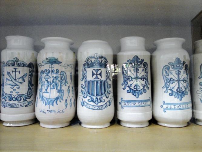12.03.2017 Pots de farmàcia. Escut dels mercedaris.  Museo de las Casas Reales. Santo Domingo. Rep. Dominicana. -  Jordi Bibià