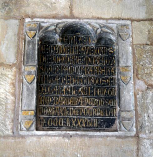 19.07.2011 Escultura funerària d'un Barbarà. Al marc són visibles sis escuts.  Claustre de la catedral de Tortosa. -  Jordi Bibià