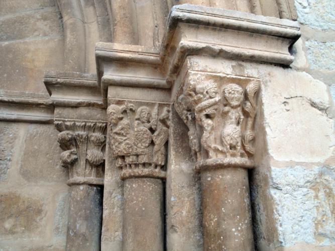 27.11.2017 Capitells romànics a la porta d'ingrés.  Sant Mateu. -  Jordi Bibià