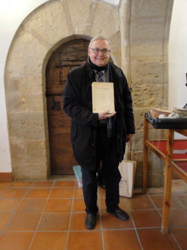 27.11.2017 L'Eduard Berga sostenint una edició de l'Antic Testament.  Sant Mateu. -  Jordi Bibià