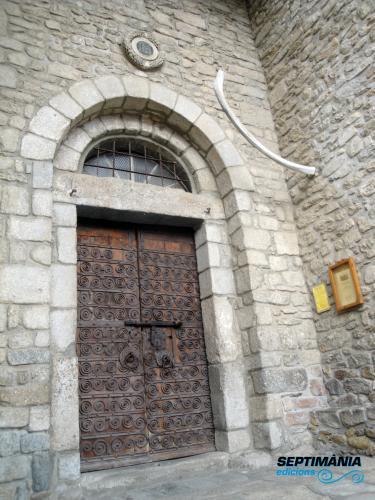 03.12.2017 Costella de balena a l'entrada de l'església.  Prats de Molló -  Jordi Bibià