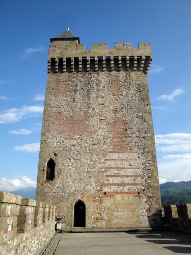 29.07.2018 Vista lateral de la torre més antiga.  Castell de Foix -  Jordi Bibià