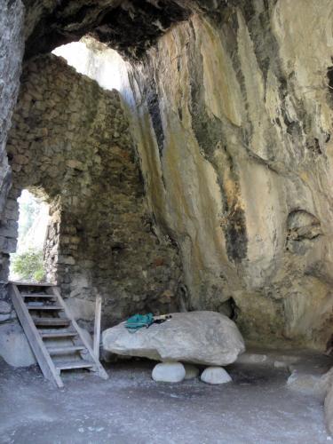 30.07.2018 L'espai de la cova i la suposada pedra altar.  -  Jordi Bibià