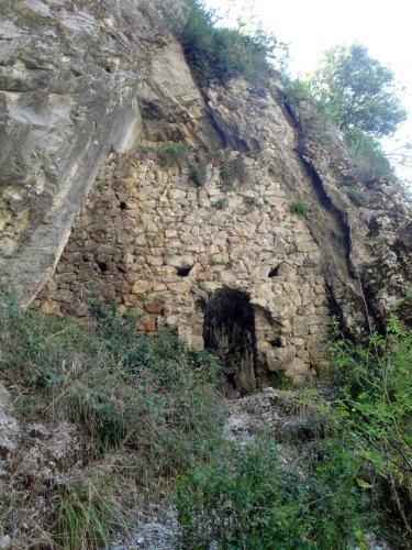 30.07.2018 L'entrada de la cova de Betlem fortificada.  -  Jordi Bibià