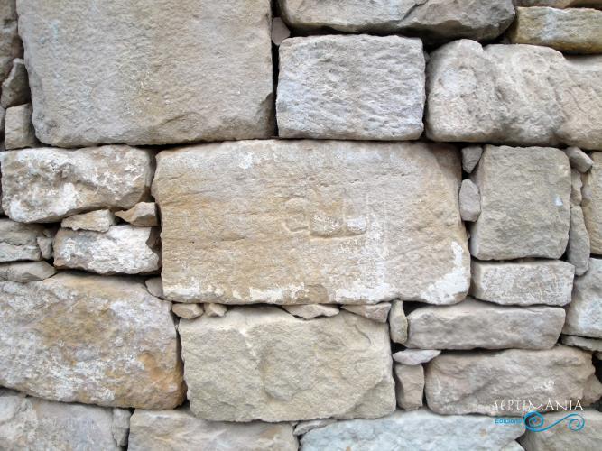 22.04.2019 Inscripció àrab provinent de l'antiga mesquita. Ara visible en un mur de la placeta entre el castell i l'antiga església.  La Granadella. -  Jordi Bibià