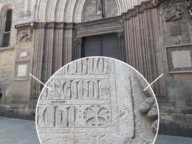 02.07.2019 Tot i els 721 que fa que són, tenim diverses creus occitanes a les làpides fundacionals de la catedral.  Porta de Sant Iu. Catedral de Barcelona. -  Jordi Bibià