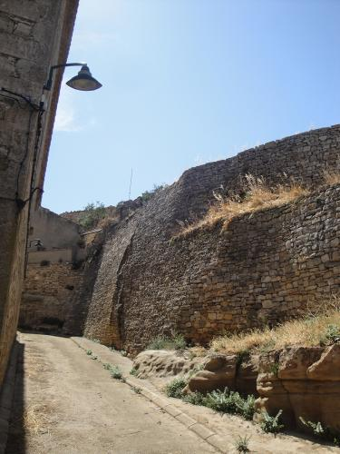 01.08.2019 Les muralles del recinte en la seva part de l'església parroquial.  -  Jordi Bibià