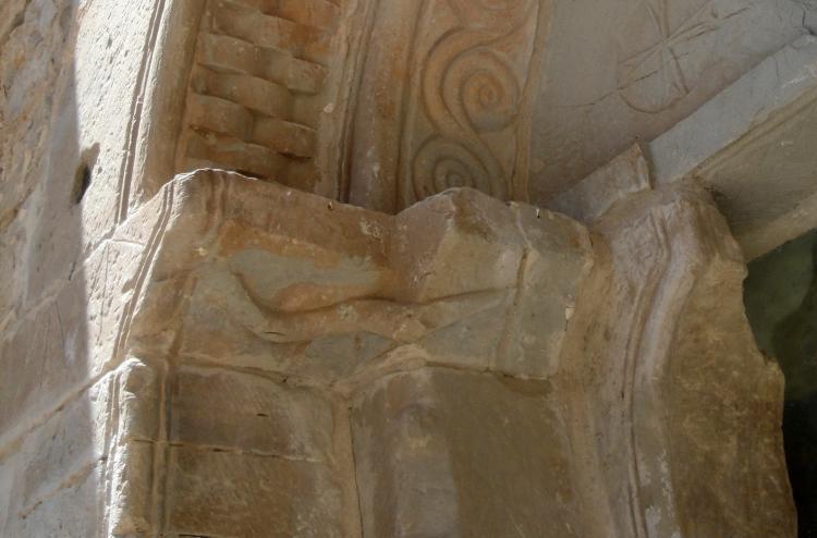 01.08.2019 Serp, clarobscurs i espiral.  Porta romànica de la Granyanella. -  Jordi Bibià