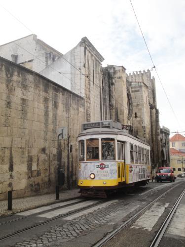 28.12.2019 Pujant pel darrera de la catedral de Sé.  Lisboa -  Jordi Bibià