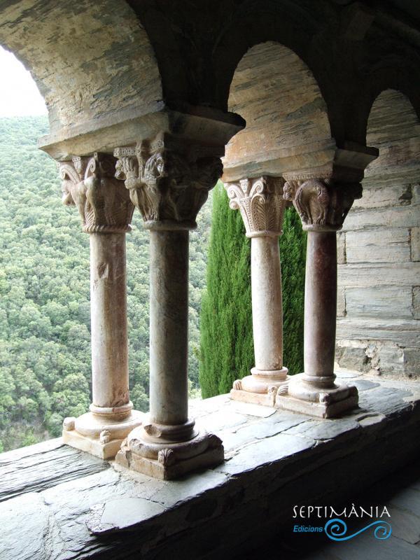 28.03.2021 Capitells i doble columnat del claustre en marbre.  -  J. Bibià