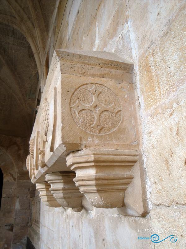 24.05.2021 Galcerà de Pinós. Lateral sarcòfag.  Al claustre de Santes Creus -  J. Bibià