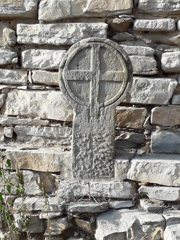 06.09.2021 Estela funerària discoïdal amb creu grega inscrita en un cercle.  El Llor (La Segarra) -  J. Bibià