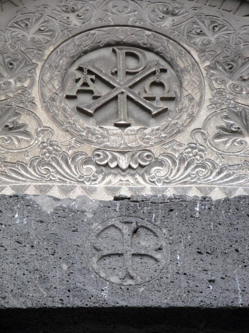 06.10.2009 El crismó a la llinda de la porta d'accés del darrera de la catedral.         -  Jordi Bibià