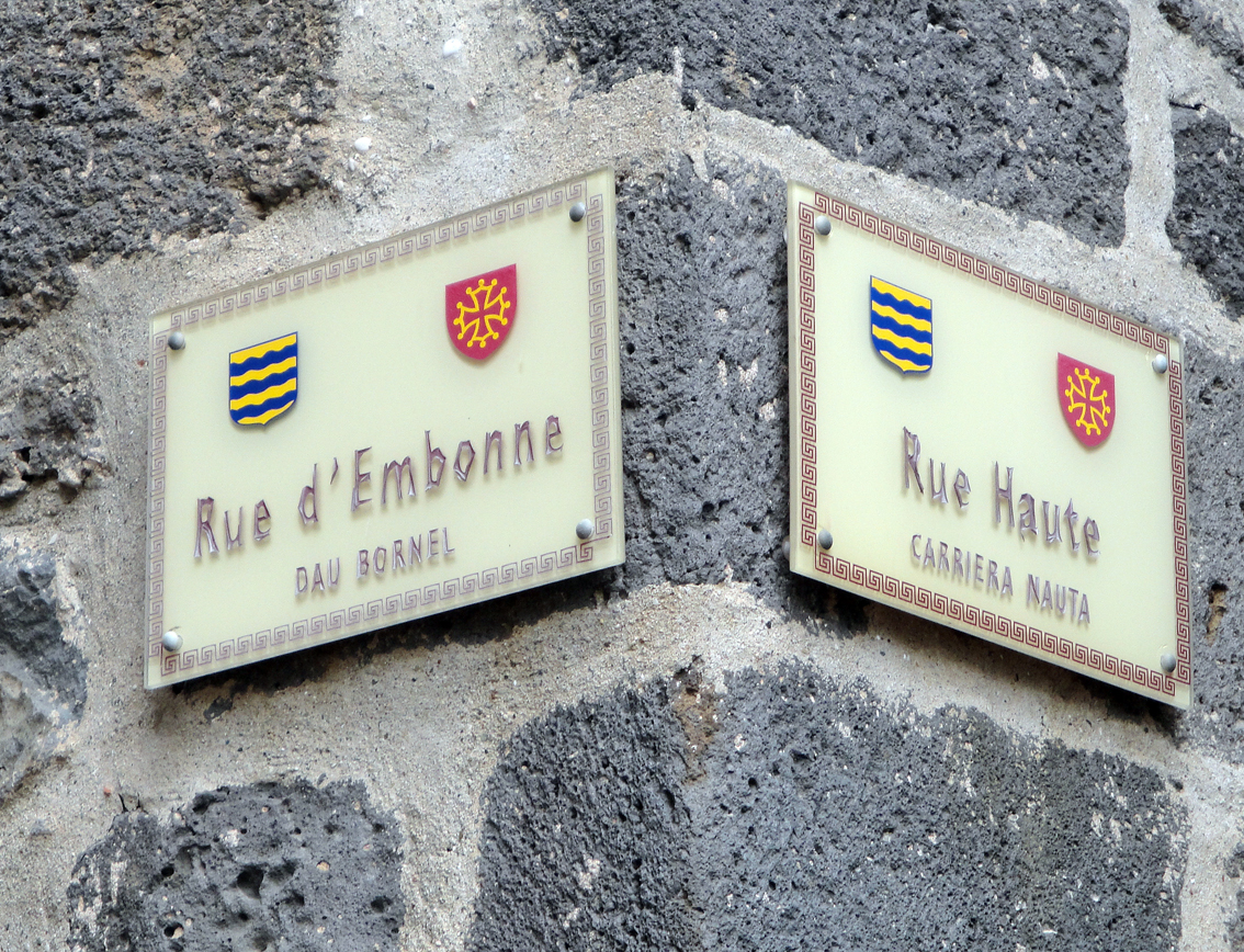 06.10.2009 La retol·lació dels carrers en occità i francès, a sovint no coincideixen a l'hora de posar el nom. Pel que veig és freqüent en la majoria de les poblacions occitanes.               -  Jordi Bibià