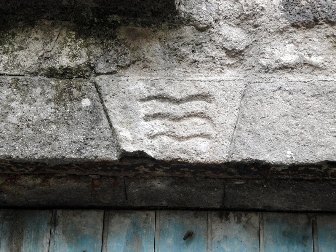 06.10.2009 L'escut d'Agde figura en moltes de les cases antigues de la vila. Em recorda moltíssim al del comtat d'Empúries. Iconogràficament, en aquest cas, la clara vocació marinera és ben palesa.                         -  Jordi Bibià