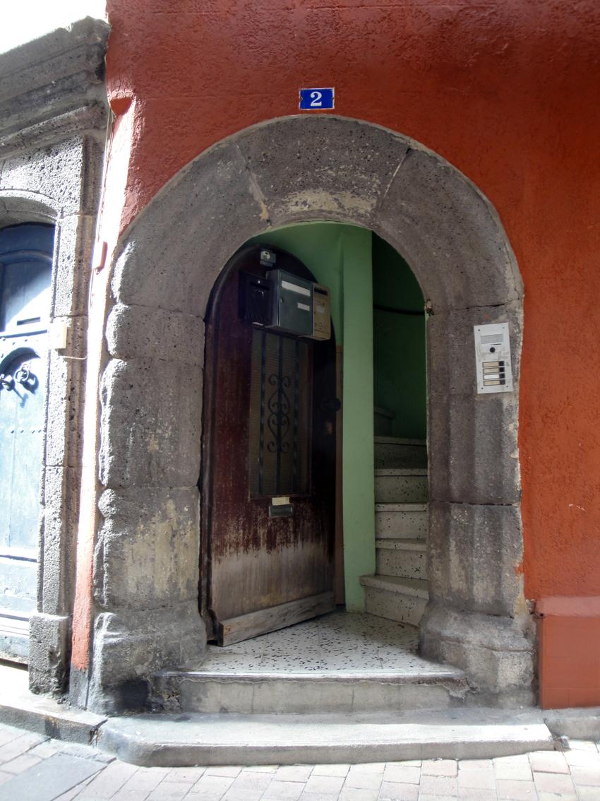 06.10.2009 Agde és ple de velles portes de pedra. Aquesta sembla esbarallar-se per fer-se com sigui amb l'accés d'aquest edifici.           -  Jordi Bibià