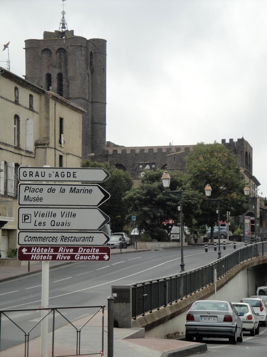 06.10.2009 Vista de la catedral d'Agde des de l'inici del pont de l'Érol. L'origen del primer temple és datat entre els anys 848 i 872.                                              -  Jordi Bibià
