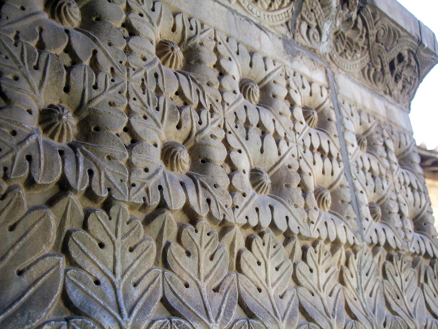 24.08.2008 Capitell bellament esculpit i amb una simetria perfecta a base de rics motius vegetals             Catedral d'Elna (Rosselló) -  Jordi Bibià