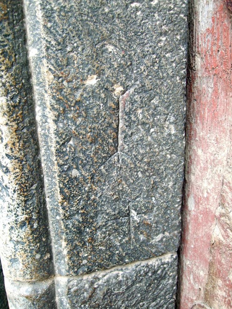 20.06.2008 Possiblement altra marca de picapedrer localitzat a l'entrada de l'església.            Castellbò -  Jordi Bibià