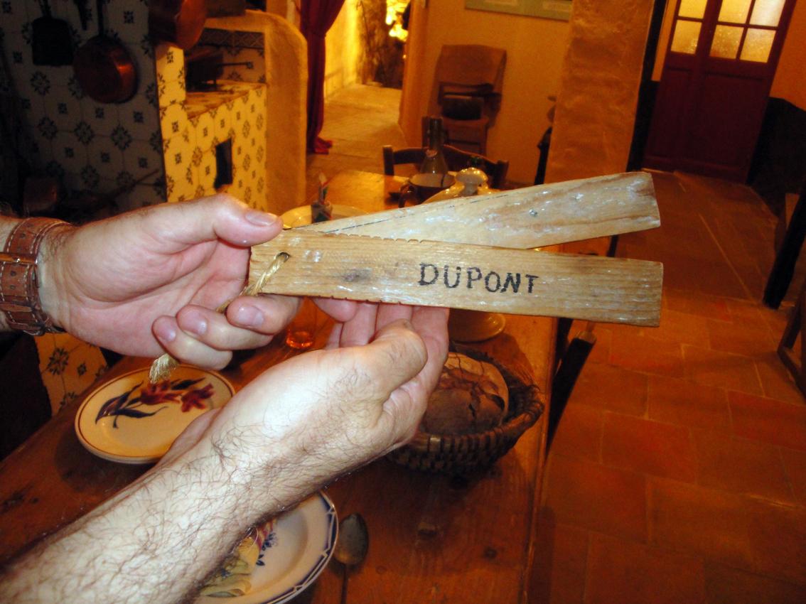 05.10.2009 El sr. Pougret m'explicava que, donat l'analfabetisme de la zona, els clients que anaven a comprar, tenien el seu nom en unes llistonents de fusta, i que per a cada compra, hi feien una marca en la del client i en la del venedor            Village d'Antan -  Jordi Bibià