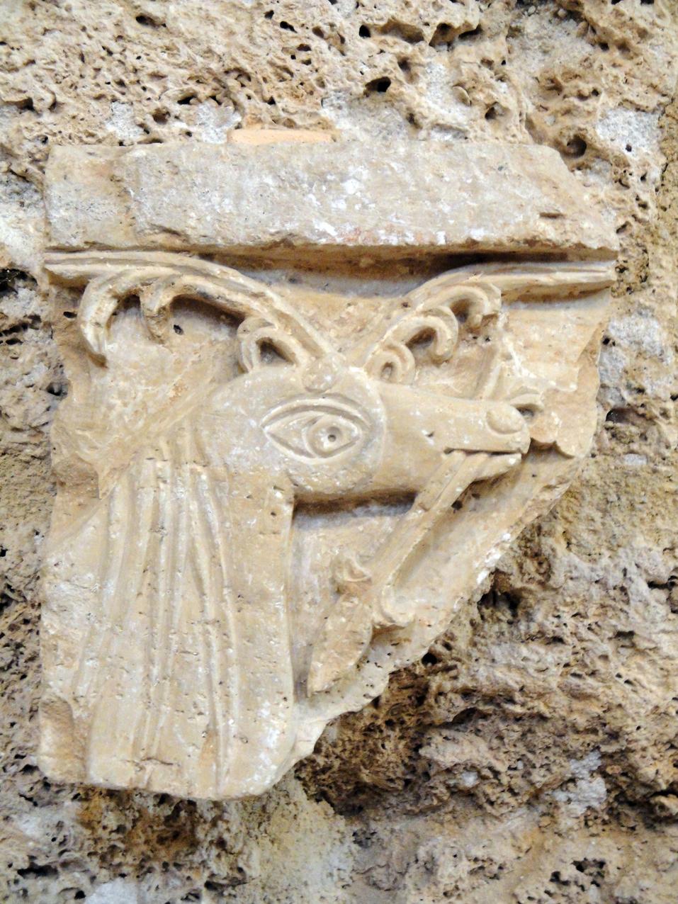 05.10.2009 Fragment escultòric possiblement d'un cèrvol i de possible època preromànica            Museu de l'abadia -  Jordi Bibià