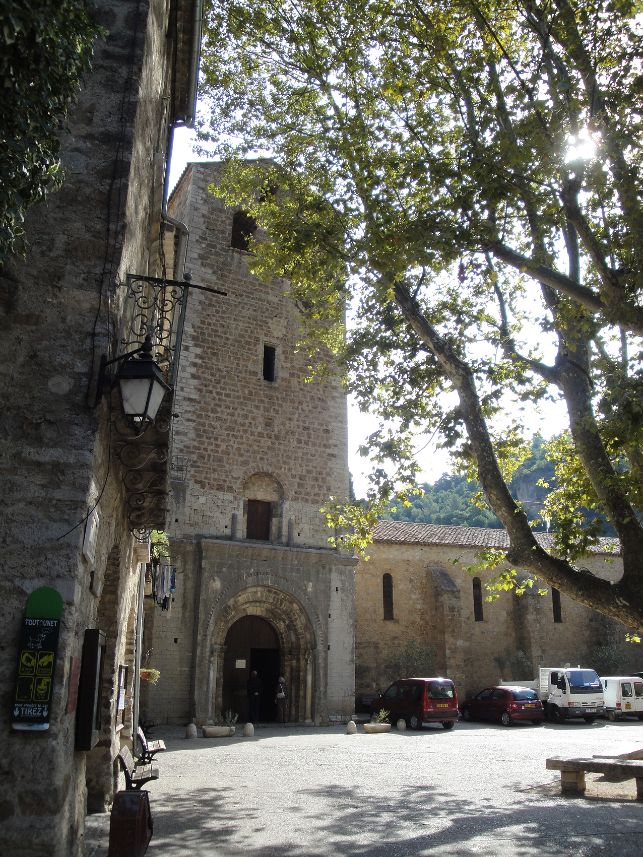 05.10.2009 La porta d'accés principal a l'abadia des de la plaça  Place de la Liberté -  Jordi Bibià