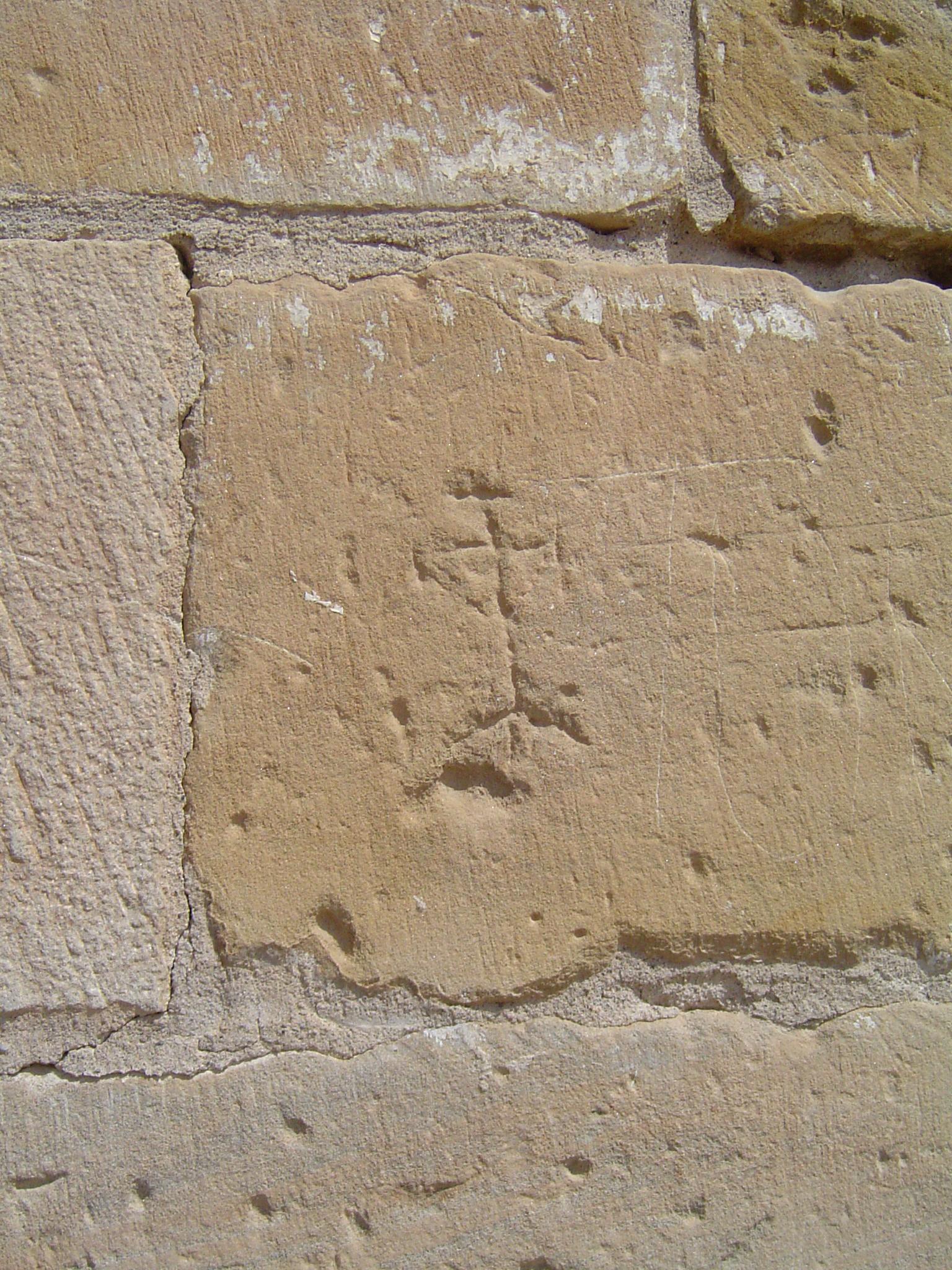 27.08.2010 Una estranya marca de picapedrer, podria representar ¿un home, o un arbre potser?            Seu Vella de Lleida -  Jordi Bibià