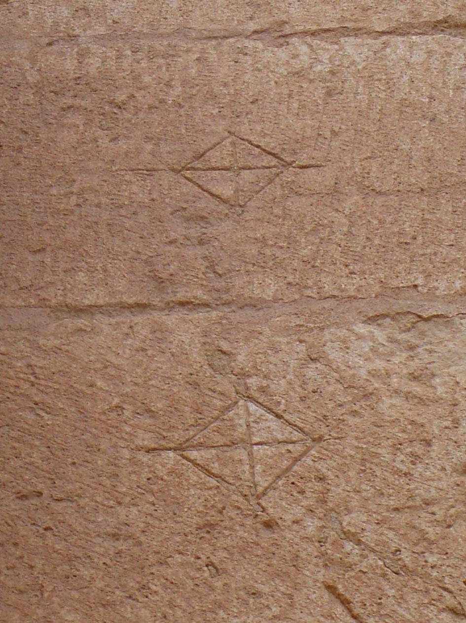 27.08.2010 Marca de picapedrer, veiemen aquest un quadrat girat 45º i atravessat per una creu.  Alquézar -  Jordi Bibià