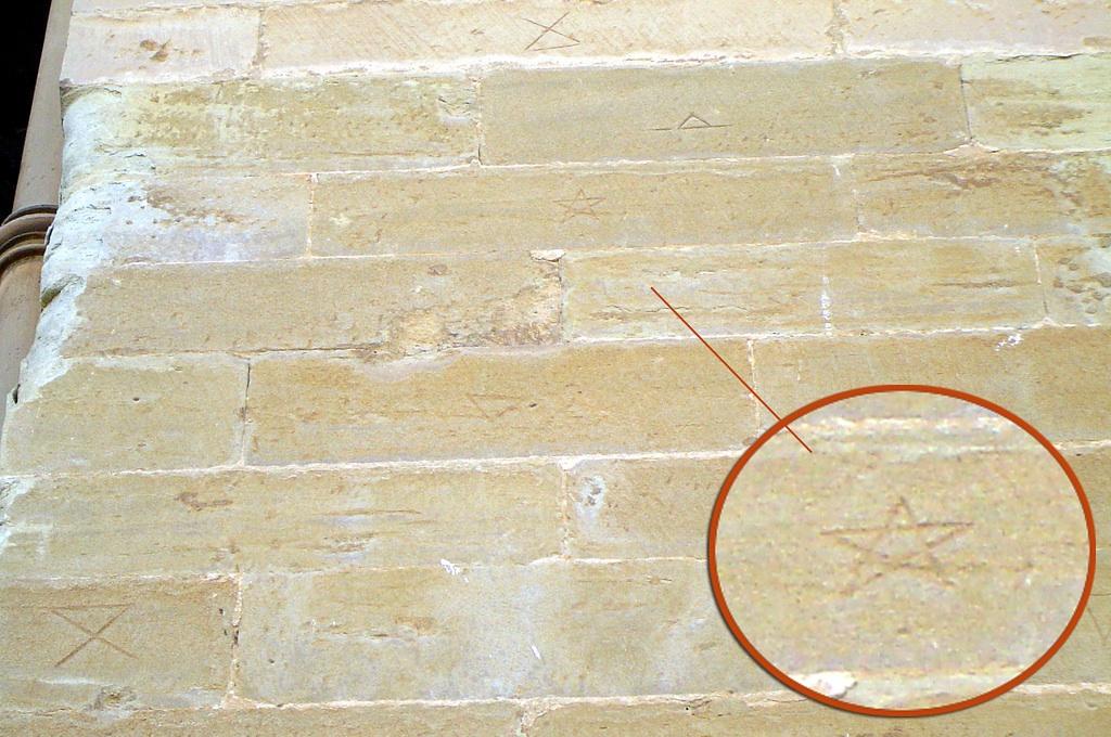 19.03.2009 <strong>Altres marques</strong> i novament, el <strong>pentagrama </strong>en un dels murs exteriors de la Seu.  Seu Vella de Lleida -  Jordi Bibià