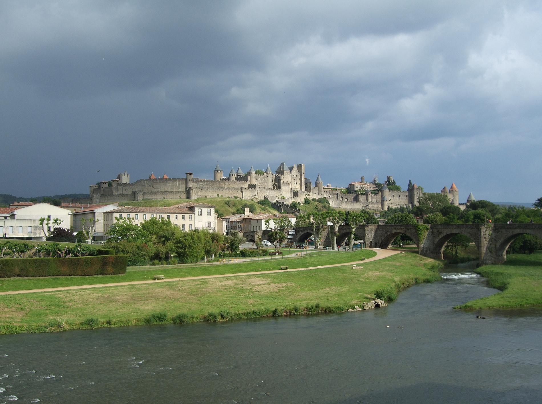 02.09.2010 Vista de la vella ciutat fortificada i del Pont Vell des del riu Aude, poc abans d'una forta tormenta d'estiu.                               Carcassona   -  Jordi Bibià