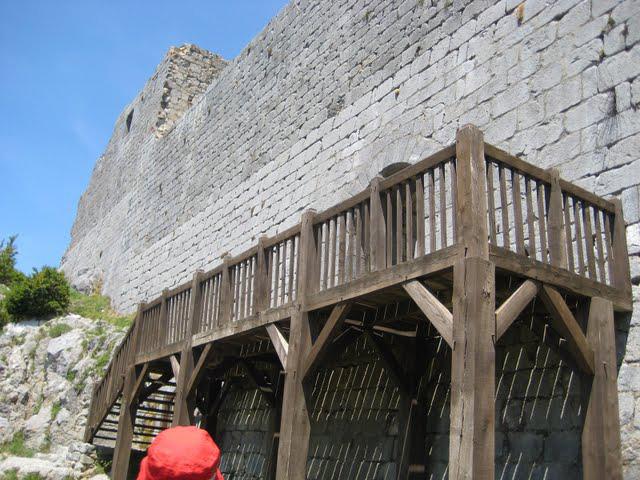 24.06.2009 Accés al castell Nova estructura de fusta que des de no fa massa anys, ha substituït l'anterior, que era metàl·lica.  Montsegur -  Raquel