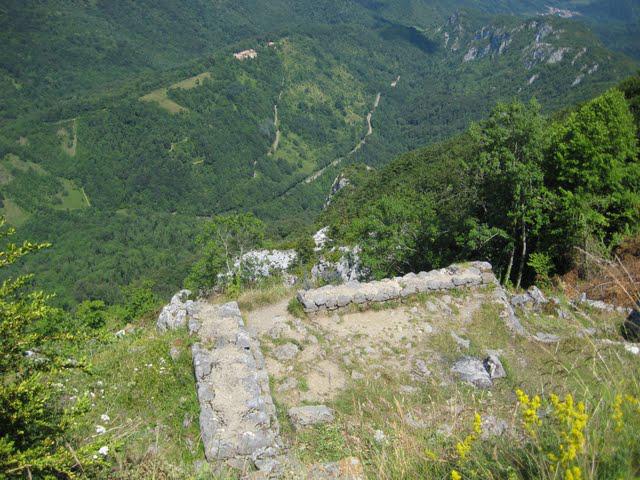 24.06.2009 Restes d'edificacions disposades en diferents nivells adaptats al terreny, visibles a la façana del darrera de Montsegur.            Montsegur -  Jordi Bibià