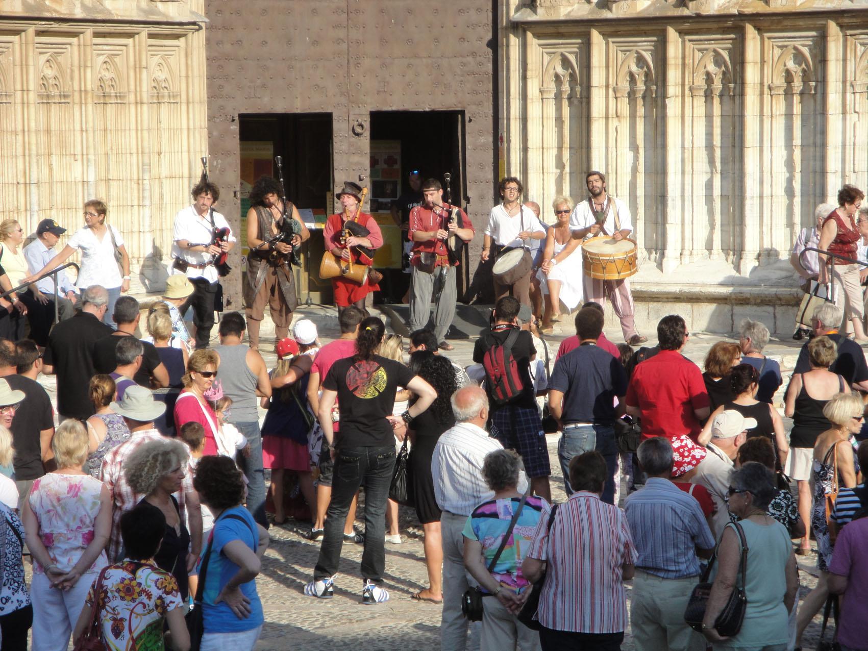 12.09.2010 Un dels nombrosos grups que oferien inesgotables la seva música.           Castelló d'Empúries -  Jordi Bibià